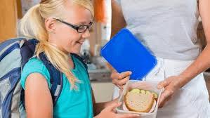 dziecko z  pojemnikiem z kanapką
