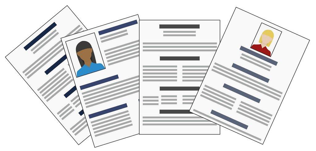 Cztery formularze rekrutacyjne w formie rysunkowej. Na białych kartkach poziome linie.