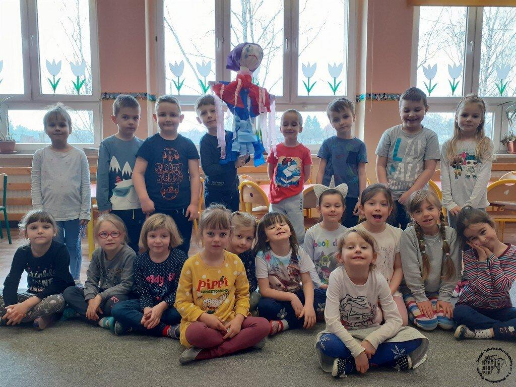 Grupa dzieci z Marzanną na w sali przedszkolnej